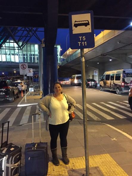 Esperando el bondi (autobus) en el aeropuerto de Porto Alegre.