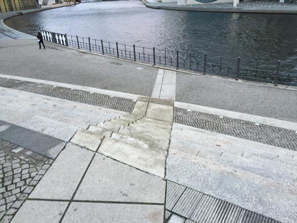El muro llegaba hasta el rio.