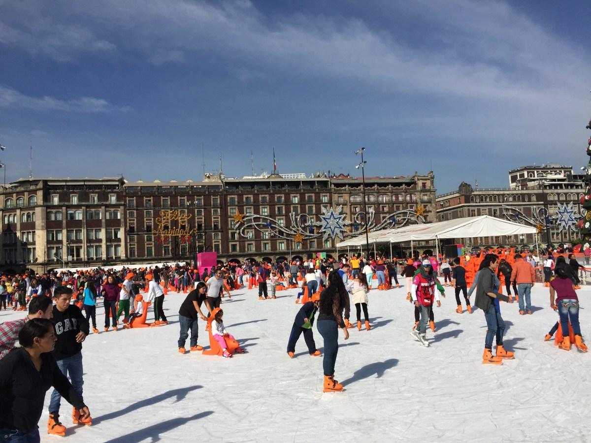 Patinando sobre hielo en el zócalo – De viaje a México