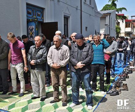 muslims_praying_batumi_Crop