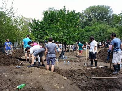 People working in Mziuri park. (DF Watch.)