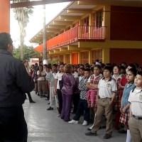 alumna ataca a maestro