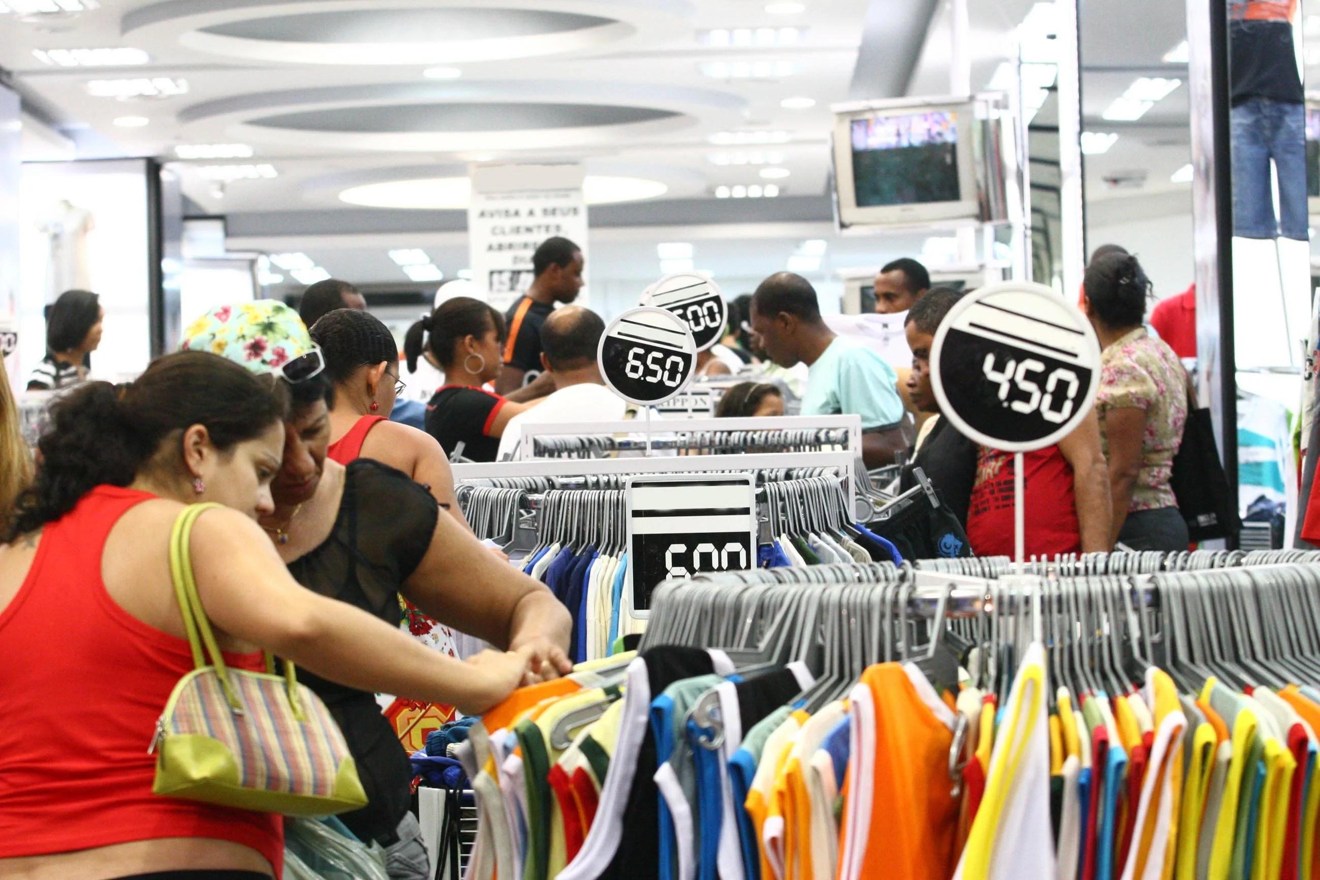 Vendas no varejo do Brasil avançam 0,3 % em março, diz IBGE