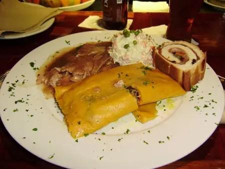 El plato navideño se compone de la preciada hallaca, pan de jamón, la particular ensalada de gallina y el pernil