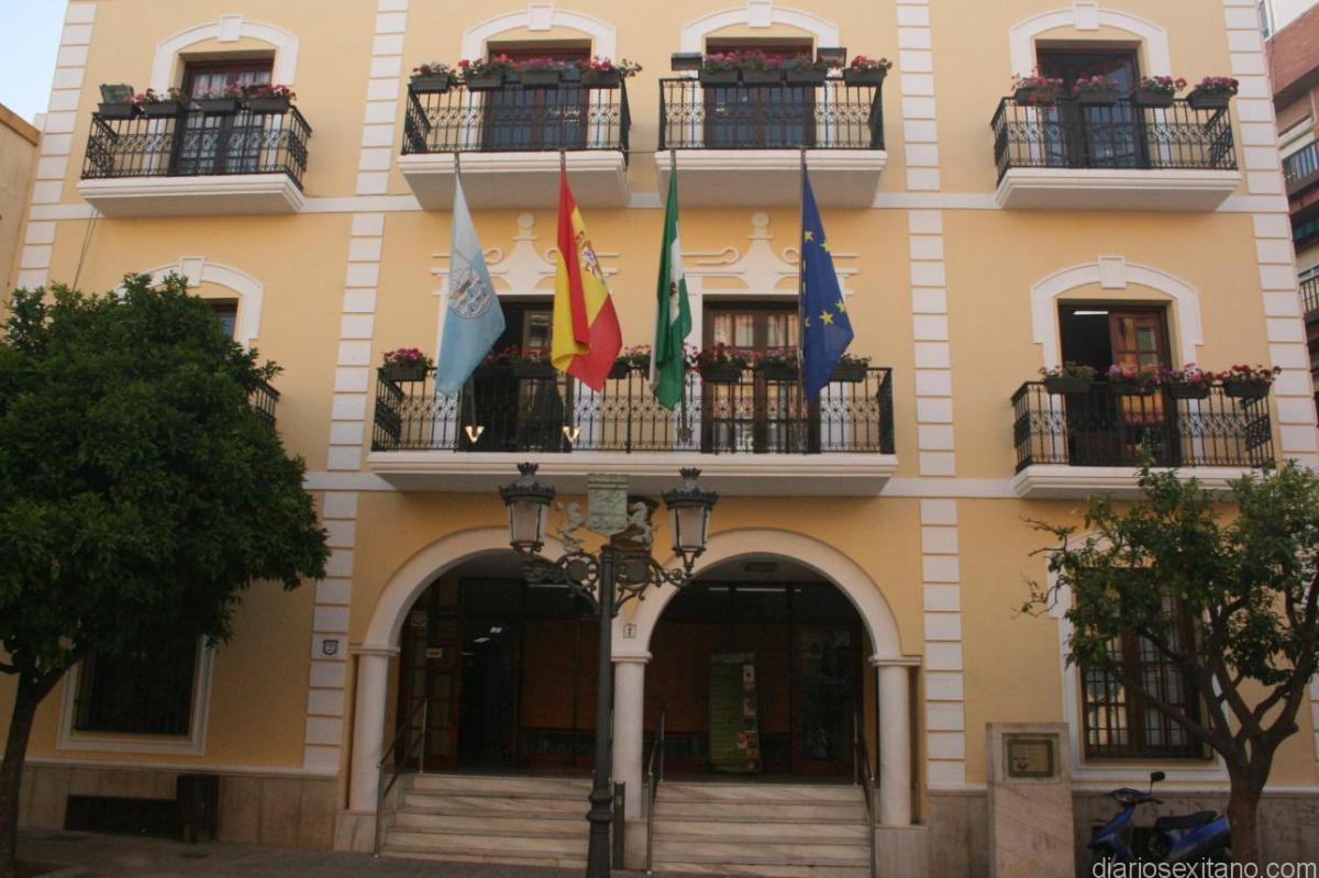 Almuñécar  muestra su apoyo y solidaridad con las víctimas del atentado y el pueblos  Barcelona