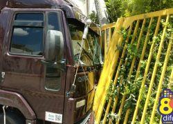Caminhão desgovernado atinge casa e deixa bairro sem luz em Bento