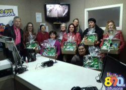 """Promoção """"Um doce de mãe"""" da Difusora e Orquídea entrega cestas às sorteadas"""