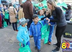 """Alunos do Projeto """"Olhar Atento Alimentação Saudável"""" recebem sacolas retornáveis em Bento"""