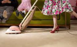 90,6% das mulheres e 74,1% dos homens realizaram afazeres domésticos