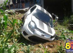 Carro tomba e motorista sofre lesões leves em acidente em Bento