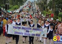 Desfile de Carros Alegóricos é realizado na Festa da Vindima de Monte Belo