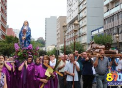 Mais de 10 mil fiéis participam da Procissão do Encontro no centro de Bento