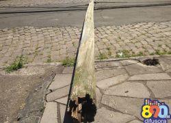 Queda de postes deixa moradores sem luz no São Roque em Bento