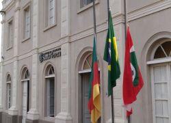 Santa Tereza põe bandeiras a meio-mastro com homenagem a Fábio Koff