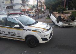 Veículo capota e motorista fica ferido no Humaitá em Bento