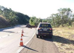 Caminhão tomba na BR-116 em Vacaria e motorista fica ferido