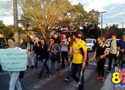 Estudantes protestam nas ruas de Bento