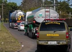 Paralisações de caminhoneiros diminuem e combustível começa a chegar na Serra