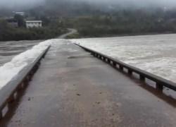 Sobe nível do Rio e ponte que liga Bento a Cotiporã tem acesso interrompido