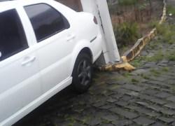 Automóvel atinge poste no bairro Progresso em Bento