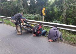 PRF recupera moto, revólver furtado e prende dupla na BR-470 em Bento