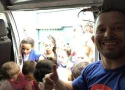 Artistas marciais distribuem brinquedos no Dia das Crianças em Bento