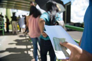 Movimento no último dia para o eleitor tirar o título pela primeira vez, pedir a transferência do documento para outro domicílio eleitoral ou fazer o recadastramento biométrico (Marcelo Camargo/Agência Brasil)