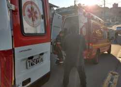 Motociclista fica ferido após colisão com carro e mulher bate veículo na ambulância do Samu durante o socorro, em Bento