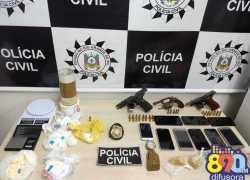 Ação da Polícia Civil prende dois, apreende menor, armas, drogas e dinheiro em Bento