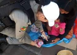 Soldados da BM compram calçados para criança indígena em Caxias do Sul