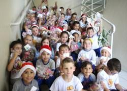 Crianças do CECI recebem presentes de Natal arrecadados por servidores