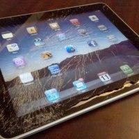 iPadは壊れやすい? 滑って床に落としたiPadのガラス面が粉々に砕け散った写真
