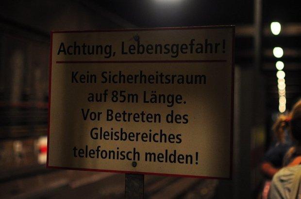 warnschild im U-Bahn Tunnel