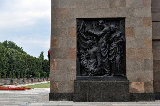 sowjetisches ehrenmal schoenholzer heide  bronze solider relief