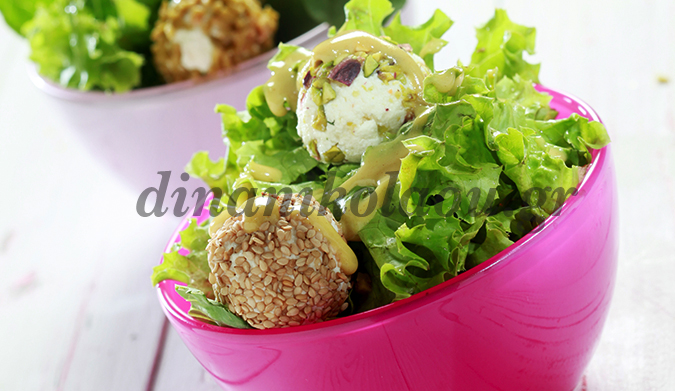Πράσινη σαλάτα με πικάντικες μπαλίτσες τυριού