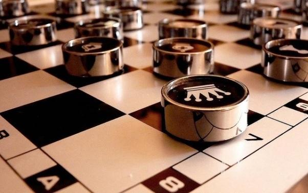 Una fotografía de un tablero de ajedrez en el que el rey ocupa la posicion A-7.