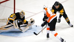Pittsburgh Penguins goalie Matt Murray (30) gloves a shot by Philadelphia Flyers' Wayne Simmonds (17) with Brian Dumoulin (8) defending during the first period of an NHL hockey game in Pittsburgh, Monday, Nov. 27, 2017. (AP)