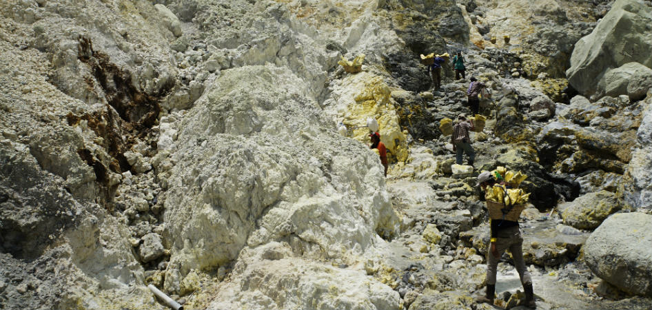 ijen sulfur miners