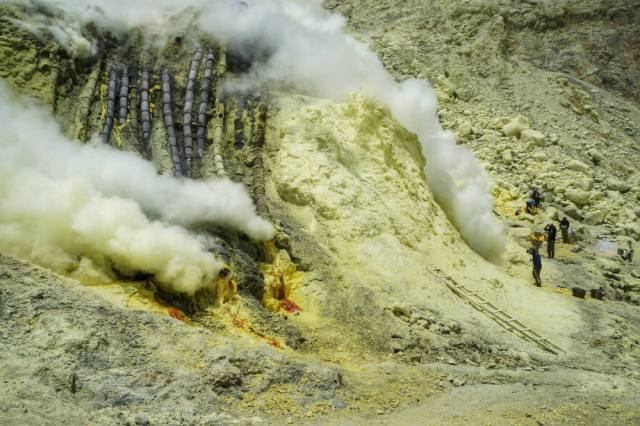 down to ijen crater  (5)