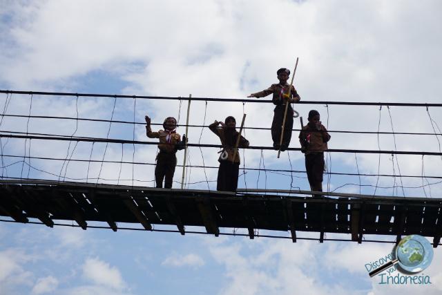 children bridge musi river