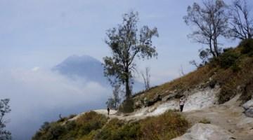 climbing Ijen volcano during tour