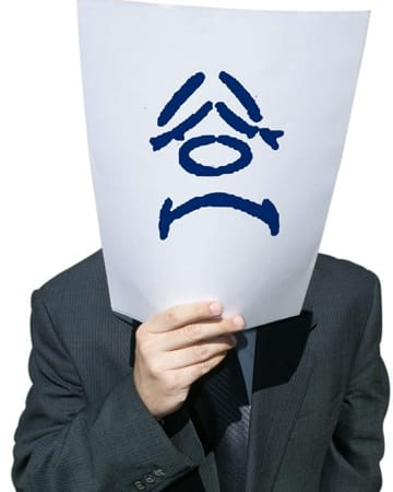 Funcionário desmotivado e triste com papel na cara