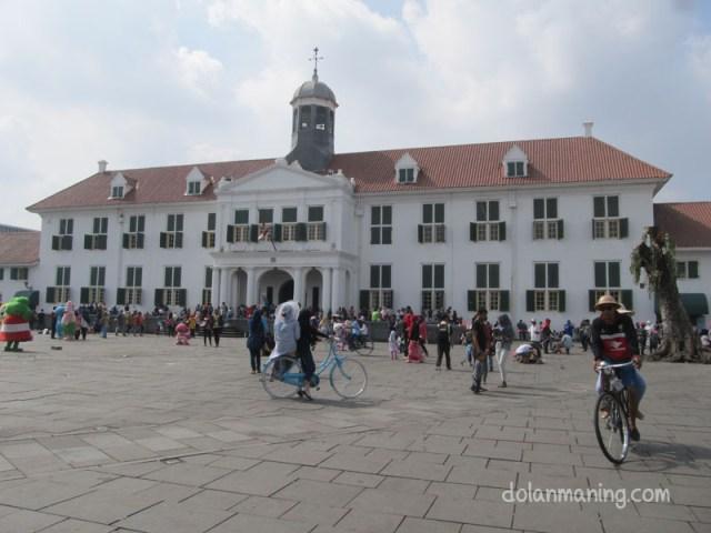 Taman Fatahilah dan wisatawan bersepeda