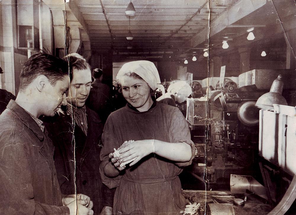 Фотография 1950-х годов. Рабочие фабрики «Дукат»