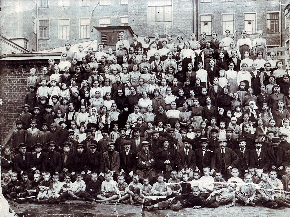 Приказчики, механики, мастера, служащие, рабочие и работницы фабрики «Дукат» во дворе фабрики в Тверском-Ямском переулке. 1910-е годы