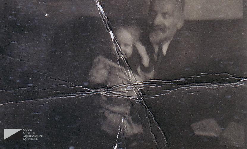 Багдасар Артемьевич Вартанов с внуком Георгием в квартире № 7. 1950 год
