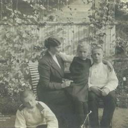 Мария Николаевна Кислякова с детьми Николаем, Владимиром и Еленой на даче под Петербургом. Конец 1913 год.