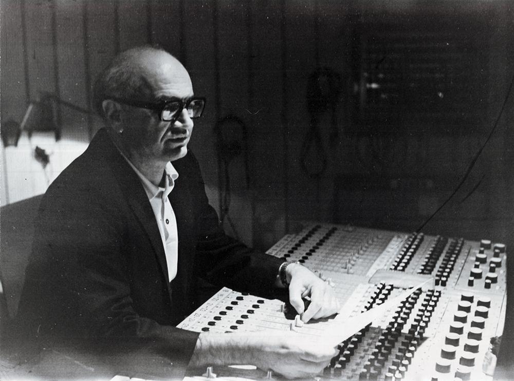 Левон Бархударян в звукорежиссерской аппаратной Большого театра. 1970-е гг.