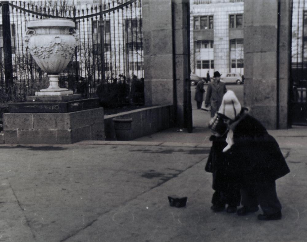 Мария Левоновна Бархударян в саду «Аквариум». Около 1957 года.