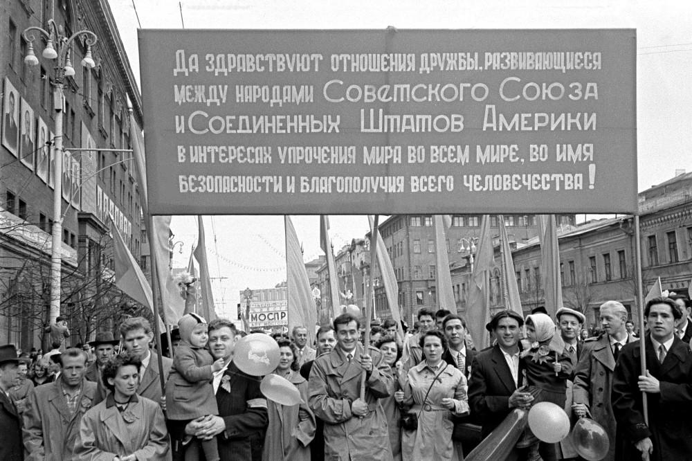 Рабочие фабрики «Дукат» на Первомайской демонстрации. 1 мая 1960 год. Фотограф М. Альперт. ЦГА Москвы. ОХАД. А-0-3549
